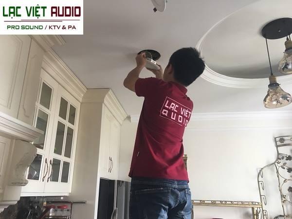 Kỹ thuật viên Lạc Việt audio đang lắp đặt dự án