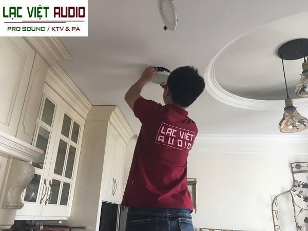 Kỹ thuật viên Lạc Việt audio làm việc chuyên nghiệp