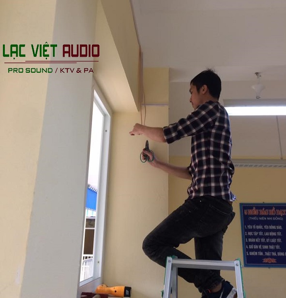 Kỹ sư âm thanh tại Lạc Việt Audio thực hiện đang tiến hành lắp đặt