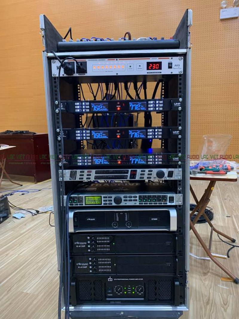Hệ thống thiết bị được lắp đặt vào tủ rack âm thanh chuyên nghiệp