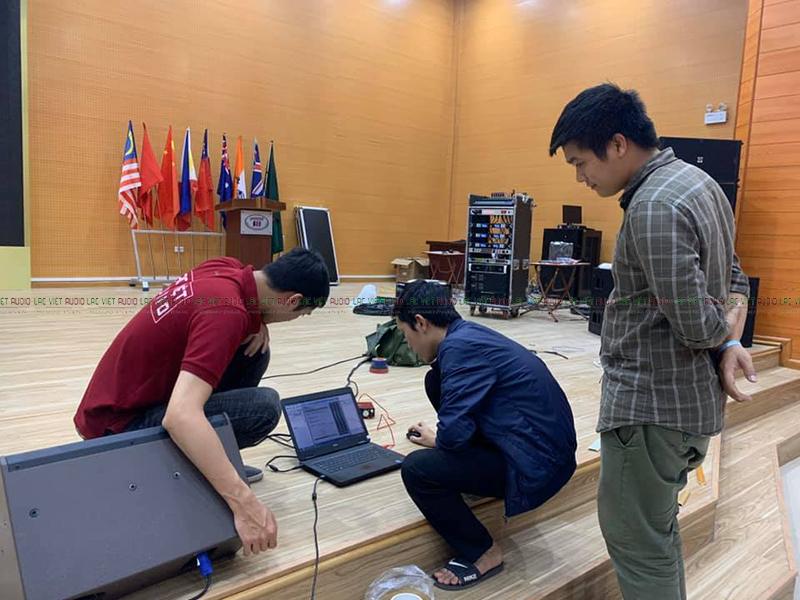 Cán bộ kỹ thuật setup phần mềm để căn chỉnh hệ thống âm thanh cố định tại hội trường