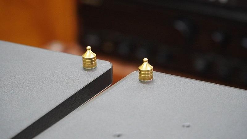 Chi tiết 8 chân đinh được làm bằng sắt sơn vàng