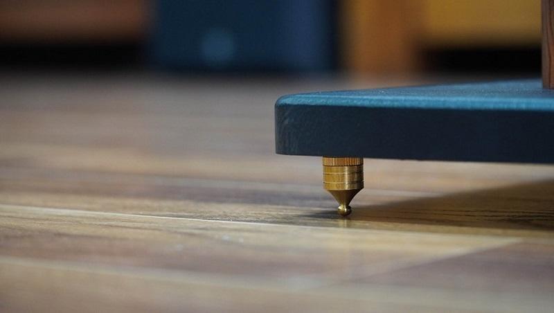 Chi tiết chân đinh khi đặt xuống sàn nhà