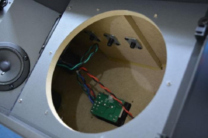 Vỏ loa được làm bằng gỗ MDF, phân tần chính hãng Mexico