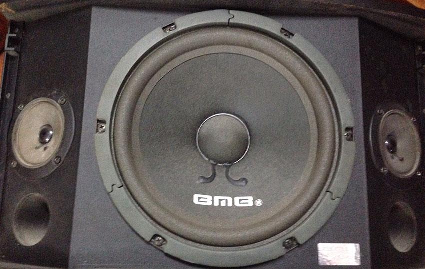 Hình ảnh 1 chiếc bass loa BMB đểu có chữ BMB, râu hình chữ L