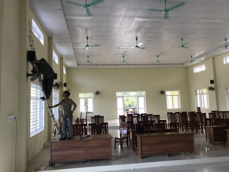 Quá trình đặt loa treo tường cho hệ thống âm thanh hội trường thôn, xã Thanh Quân