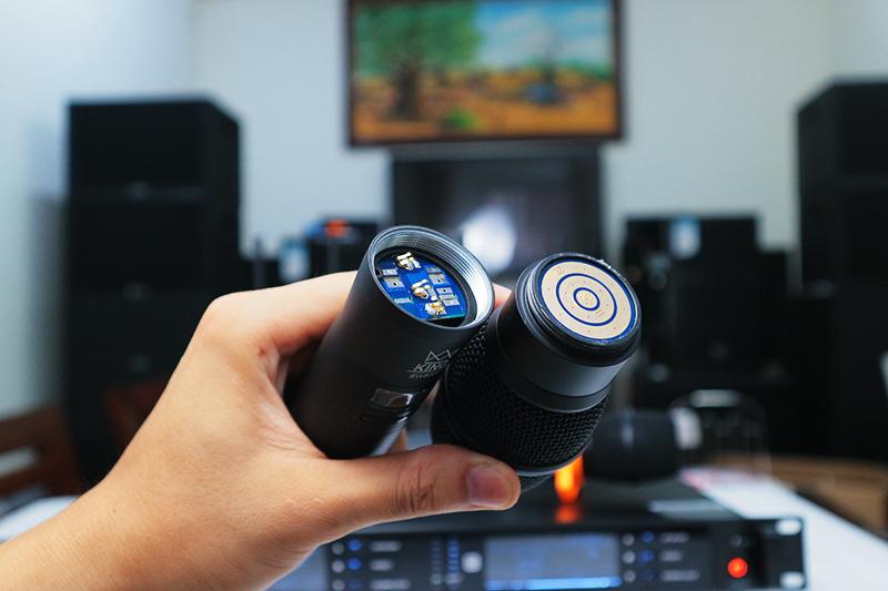 Tay mic có thể tháo thành 2 phần