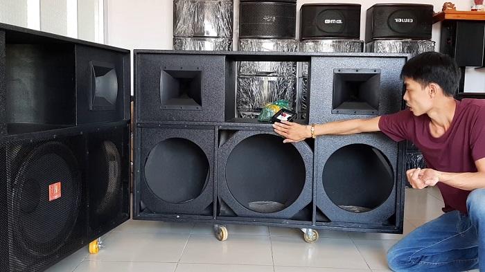 Kỹ thuật viên Lạc Việt giới thiệu các dòng vỏ thùng bass 40 hiện có