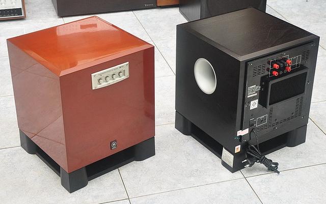 Loa Sub Yamaha YST SW515 tại showroom