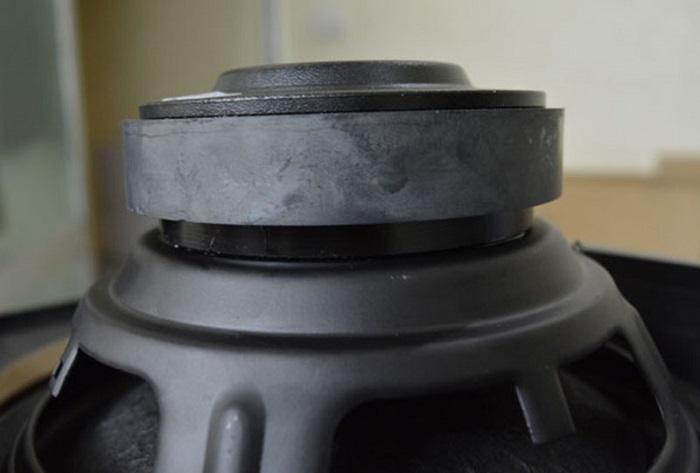 Bass loa jbl ki 82 sử dụng loại nam châm ferranit đơn có từ tính cao