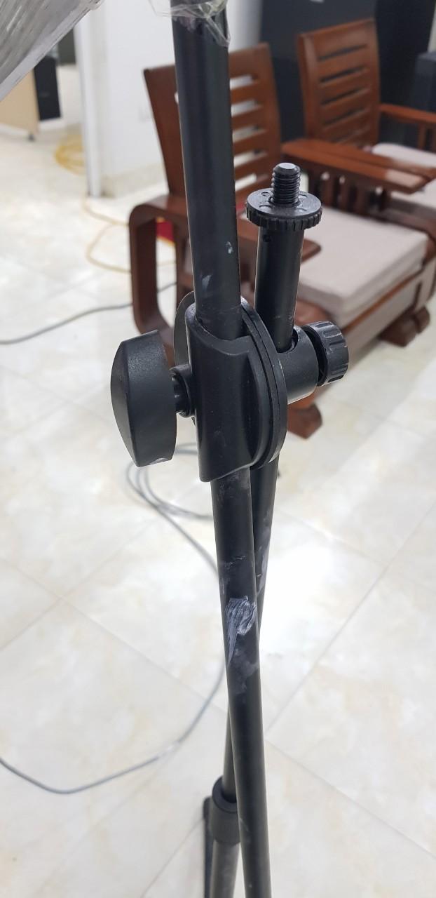 Phần kết nối để xoay giữa 2 phần của chân đế micro