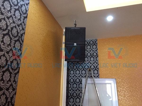 Loa JBL KP 4012 được treo giúp tăng chất lượng âm thanh