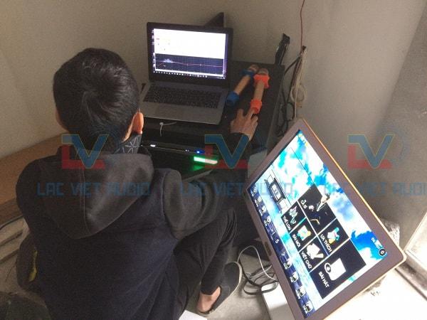Kỹ thuật viên Lạc Việt đang set-up hệ thống âm thanh