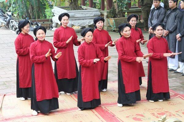 Trong hát Xoan, từ hát thờ chuyển sang nghệ thuật cộng đồng