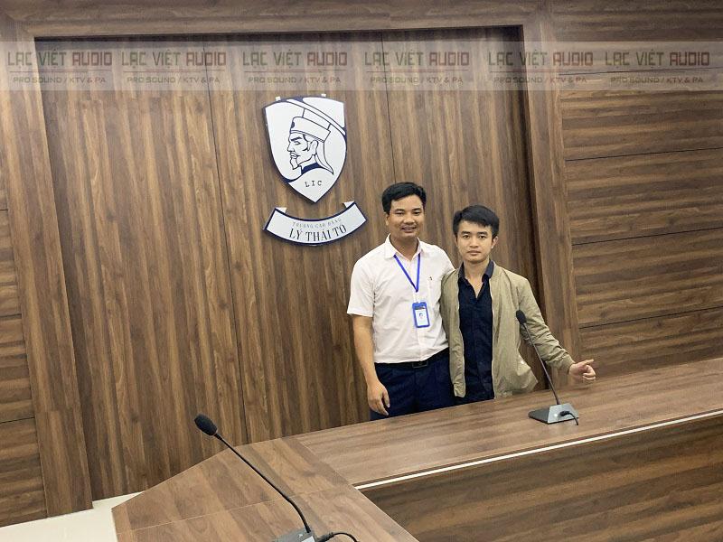 Chụp ảnh lưu niệm với đại diện nhà trường