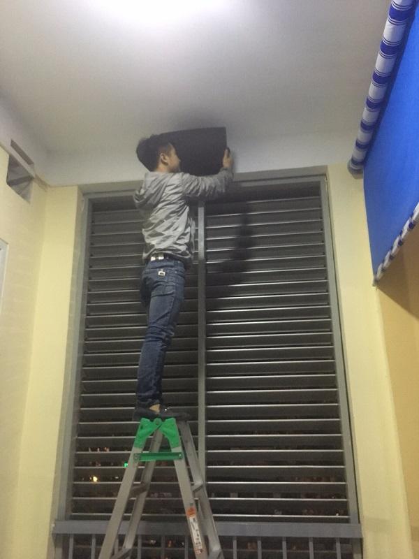 Nhân viên Lạc Việt lắp đặt loa ngoài hành lang trong hệ thông âm thanh thông báo