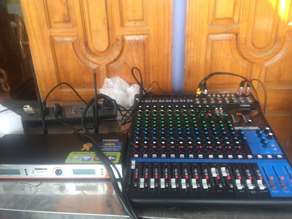 Bàn mixer Yamaha MG16XU và micro shure UGX9 II