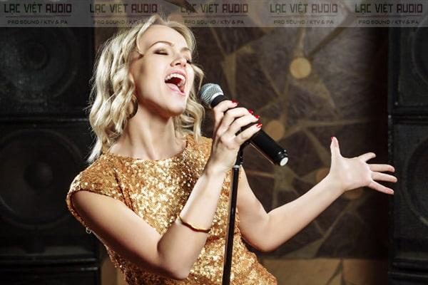 Cách cầm micro khi hát karaoke cũng như biểu diễn cần chú ý tới chất lượng thiết bị cũng như khoảng cách sử dụng và hướng mic