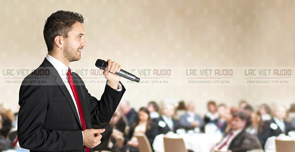 Chú ý tới cách cầm micro khi thuyết trình sao cho truyền đạt được thông tin đầy đủ, rõ ràng mạch lạc và thuyết phục người nghe