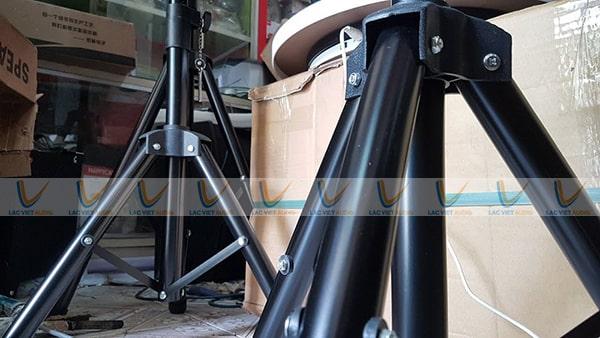 Thiết kế chân loa hội trường thường được làm từ chất liệu sắt, thép cao cấp phủ sơn tĩnh điện đẹp mắt