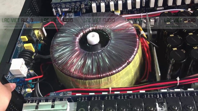 Cục đẩy CA 28 với cuộn đồng, các tụ và linh kiện bán dẫn bên trong