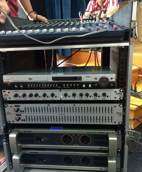 Cục đẩy Yamaha P7000s trong dàn âm thanh hội trường