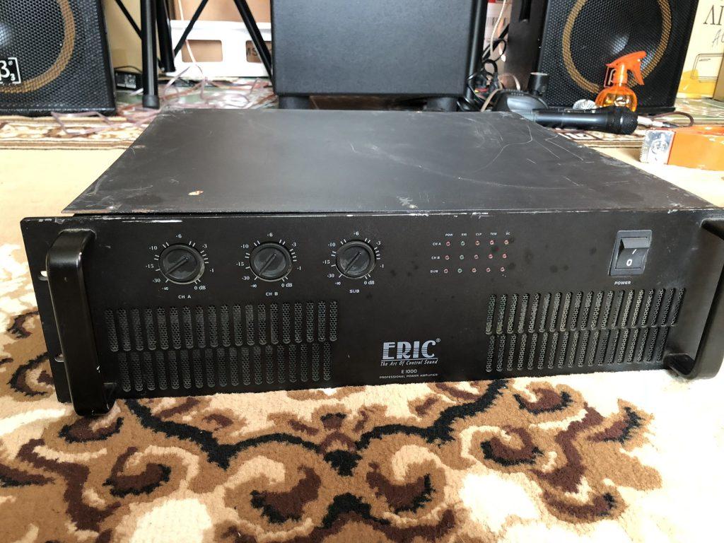 Mặt trên cục đẩy 3 kênh bãi ERIC E1000 bị xước hơn mặt trước 1 chút