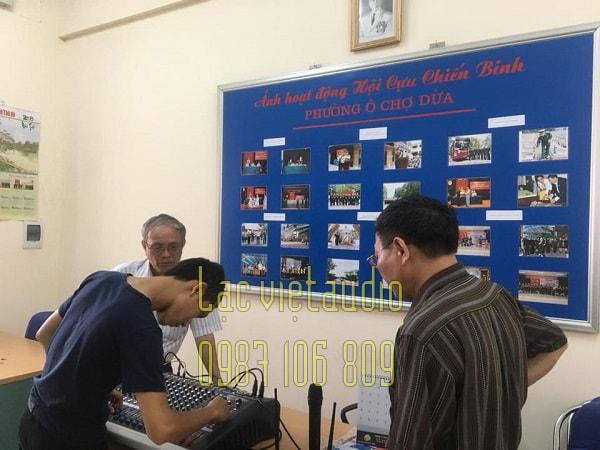 Kỹ thuật viên đang kiểm thử âm thanh bộ dàn