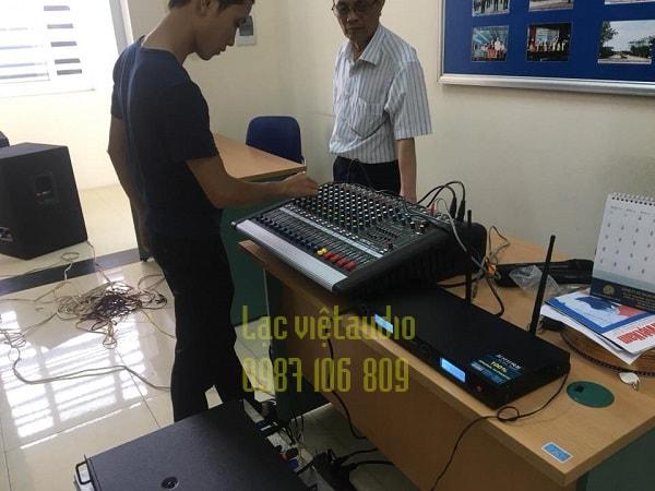 Kỹ thuật viên Lạc Việt hướng dẫn bác CCB sử dụng thiết bị