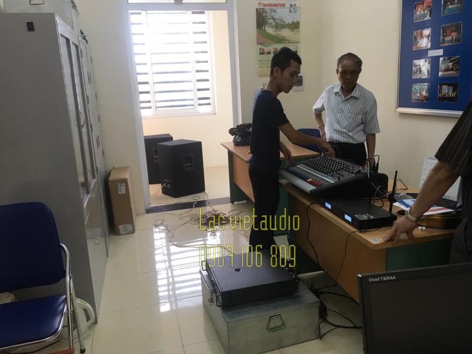 Kỹ thuật viên Lạc Việt Audio hướng dẫn chi tiết tận tình giúp các bác