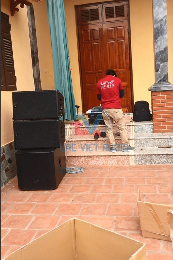 Kỹ thuật viên Lạc Việt audio đang lắp đặt thiết bị