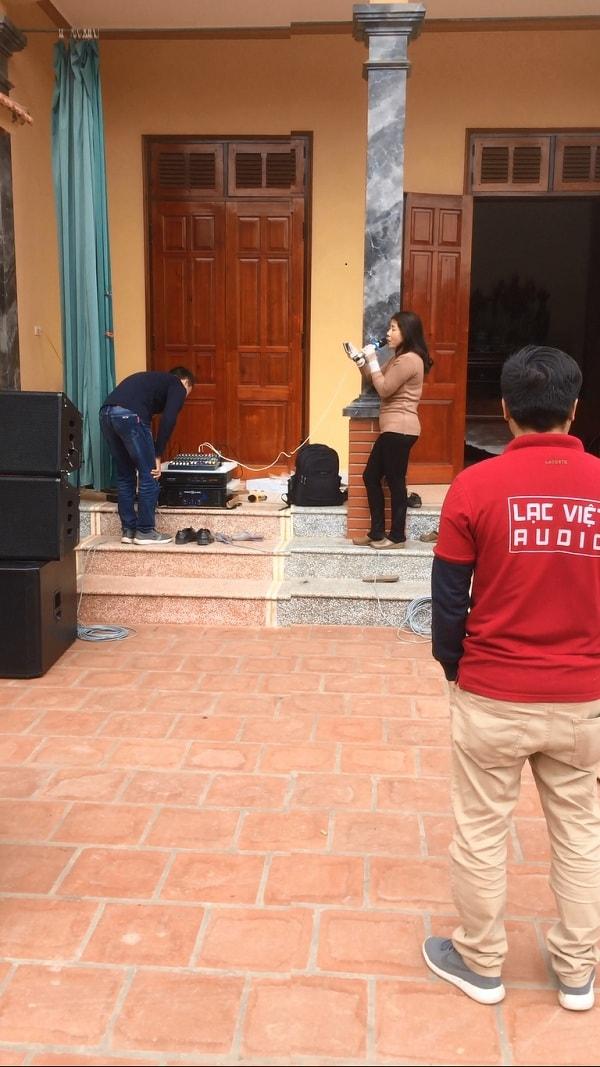 Chị Vân - vợ a Quang đang hát thử