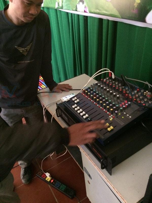 Kỹ thuật viên Lạc Việt audio đang kiểm tra và bàn giao hệ thống