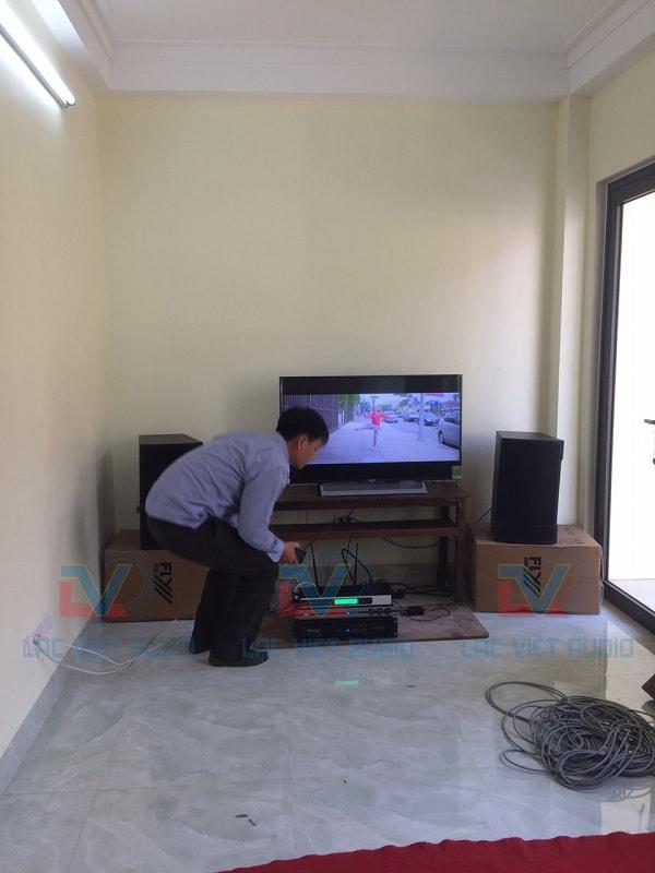 Anh Tuấn đang kiểm tra thiết bị