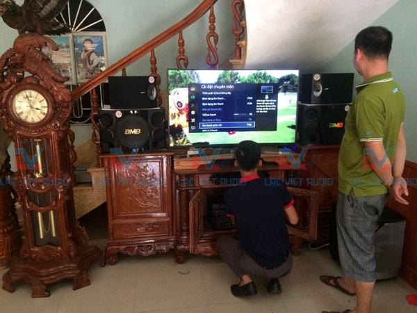 Kỹ thuật viên Lạc Việt Audio đang lắp đặt và kiểm tra hệ thống