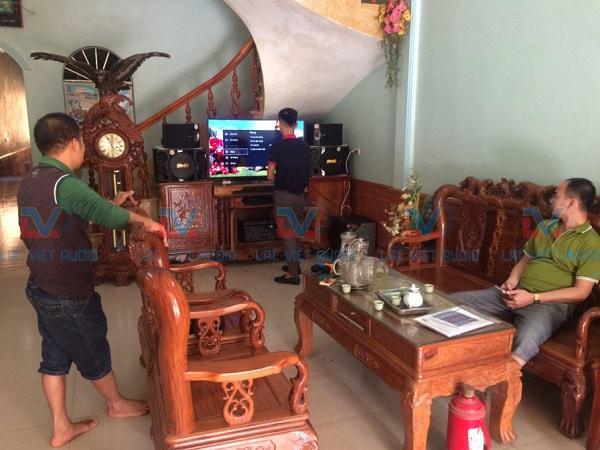 Anh Quang đang theo dõi quá trình lắp đặt.