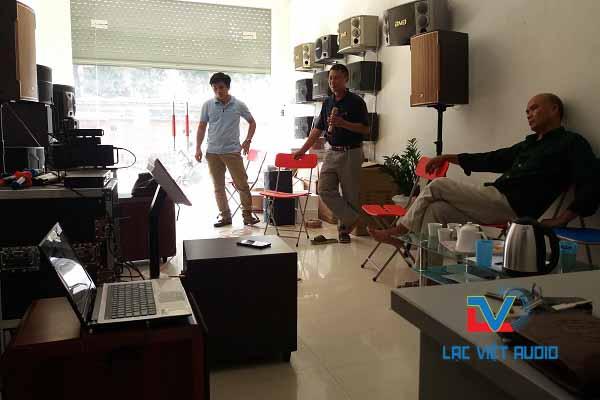 Chú Quang thử dàn karaoke tại Showroom công ty