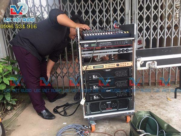 Kỹ thuật viên Lạc Việt Audio setup dàn âm thanh cho khách hàng