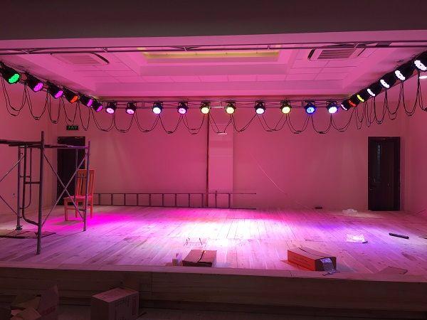 Hình ảnh đèn Led 54 bóng 9w được treo trên sân khấu của hội trường