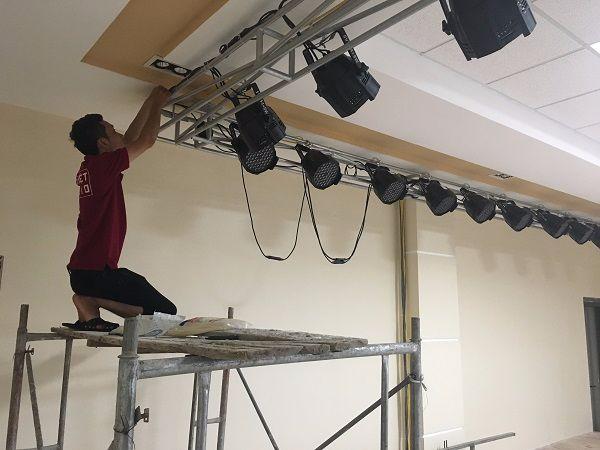 Nhân viên kỹ thuật Lạc Việt Audio lắp đặt đèn Led 54