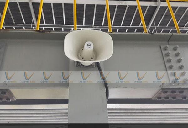 Loa nén công suất cao thích hợp lắp đặt ở mọi không gian rộng cả trong nhà lẫn ngoài trời với khả năng phủ âm lên tới ~1km
