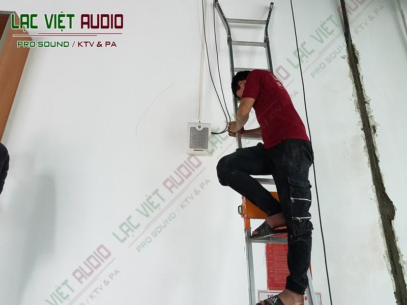 Nhân viên đang lắp đặt loa treo tường