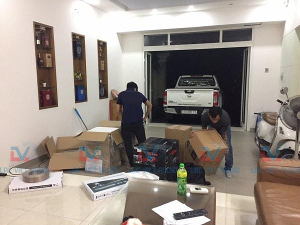 Kỹ thuật viên Lạc Việt vận chuyển thiết bị đến nhà anh Tuấn