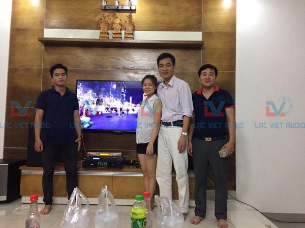 Anh Tuấn chụp ảnh kỷ niệm với kỹ thuật viên Lạc Việt Audio