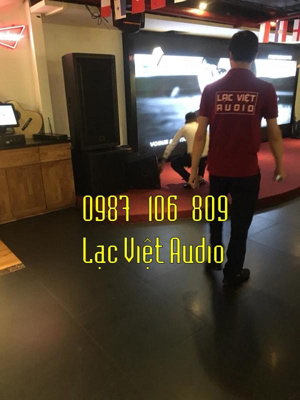 Kỹ thuật Viên Lạc Việt kiểm tra tổng quan âm thanh trong phòng