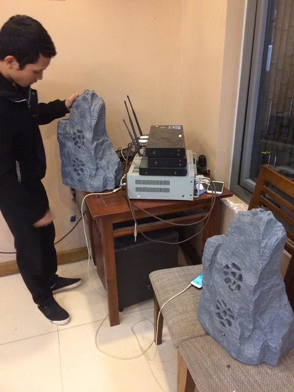 Kỹ thuật viên Lạc Việt audio đang hướng dẫn lắp đặt