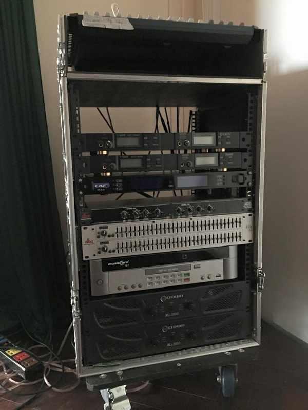 Tủ rack đựng toàn bộ thiết bị xử lý tín hiệu của dàn âm thanh hội trường
