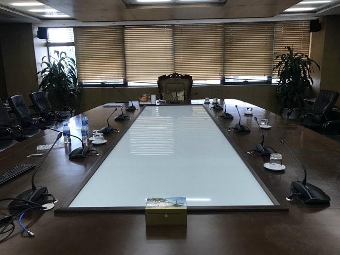 Phòng họp sử dụng không quá nhiều mic vì số lượng đại biểu họp không nhiều