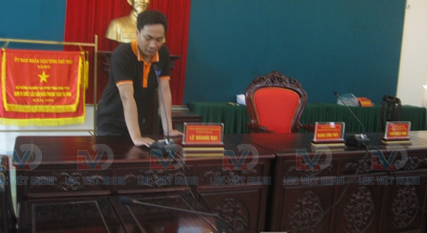 Kỹ thuật viên Lạc Việt audio đang kiểm tra thiết bị