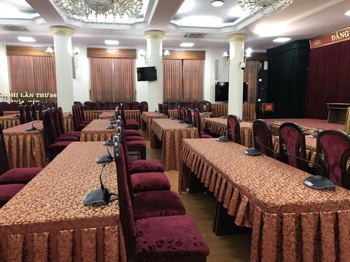 Micro hội nghị được kết nối giữa các dãy bàn với nhau